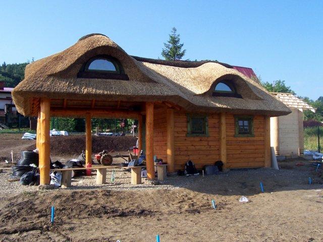 Altana drewniana kryta strzechą - Górki Wielkie