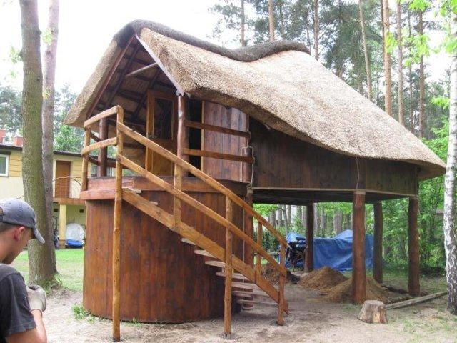 Altana drewniana kryta strzechą - Wiewióra