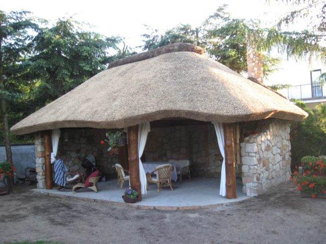 Altana drewniana kryta strzechą Konstancin