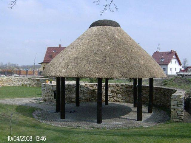 Altana drewniana kryta strzechą Krzeptów