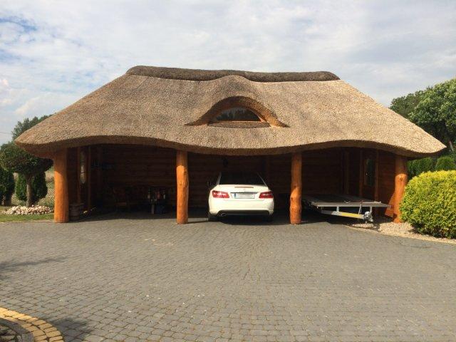 Drewniana wiata garażowa kryta strzechą Lambo