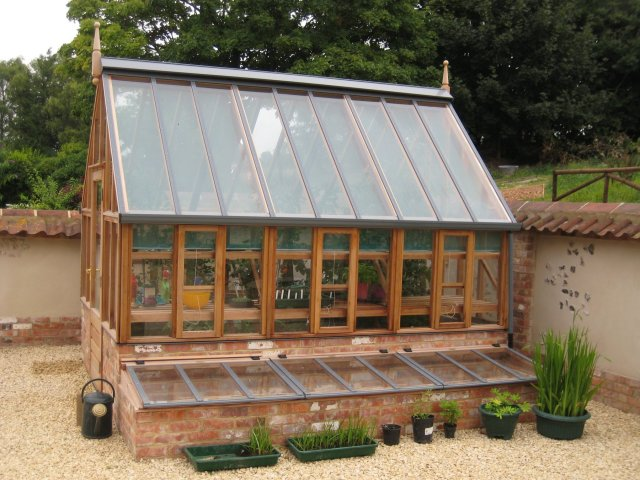 Szklarnia cedrowa The Harlow Carr with Coldframes