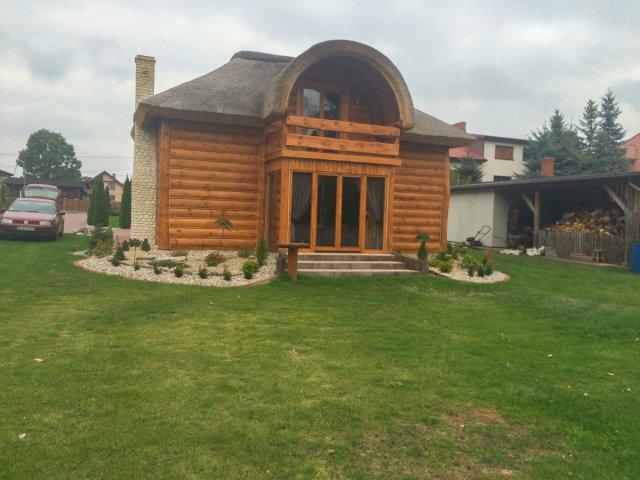 drewniany domek z gankiem i poddaszem